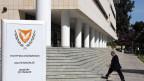 Die Frage zum Plan B der zyprischen Politik. Mann vor dem Finanzministerium in Nikosia am 14.3.2013.