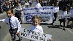 Auch am Festumzug zum griechischen Nationalfeiertag ist das Rettungspaket Thema.