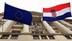 Die EU- und die kroatische Flagge am Parlamentsgebäuder in der Hauptstadt Zagreb.