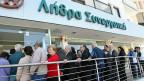 Die Leute warten darauf, dass die Banken wieder öffnen. Donnerstag Morgen in Nikosia.