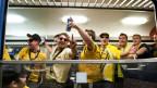 Ein Fanzug mit jubelnden YB-Anhängern im Bahnhof Bern.