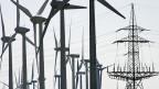 Windkraftanlagen in Nordfriesland. Obwohl seit 2011 nur noch acht von 17 AKW am Netz sind, exportiert Deutschland mehr Strom.
