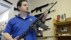 Ein Waffenhändler mit einer halbautomatischen Smith&Wesson MP15; Nirgendwo in den USA würden künftig Gewehre mit grossen Magazinen künftig so streng reguliert sein wie im Bundesstaat Connecticut.