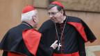Der Schweizer Kardinal Kurt Koch (rechts) spricht mit dem slowenischen Kardinal Franc Rode im Vatikon am 7. März 2013.