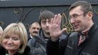 Oppositionspolitiker Juri Luzenko wird nach seiner Entlassung von Freunden und Familien empfangen.