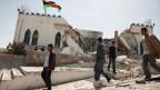 Libyen ist noch nicht zur Ruhe gekommen. Leute inspizieren Trümmer nach einem Anschlag in Tripoli.
