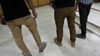 Drei junge Männer in Gaza-Stadt zeigen am 7. April 2013 ihre engen Hosen, deren Tragen verboten werden soll.