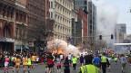 MarathonläuferInnen am Boston Marathon - während eine der Bomben explodiert.