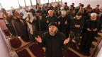 Abu Suleiman, vorne, Mitte, ist der Anführer einer islamistischen Rebellengruppe; hier leitet er eine Gebetsstunde in Aleppo.