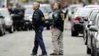 Zwei FBI-Agenten auf der Suche nach Verdächtigen am 19. April 2013.