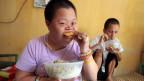 Eine Frau in einem Heim in Hanoi, Vietnam. Sie war Opfer eines Chemiewaffenanschlags.