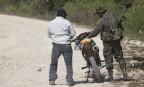 Soldat stoppt Motorradfahrer in Guatemala