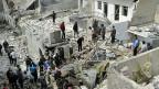 Bewohner Aleppos vor Häusern, die durch einen Angriff der syrischen Luftwaffe zerstört wurden.uft