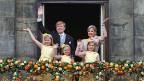 König Willem-Alexander, Köniigin Maxima mit den Töchtern Catharina-Amalia, Ariane und Alexia auf dem Balkon des königlichen Palastes in Amsterdam.