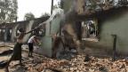 Die Bevölkerung versucht, das Feuer in einer zerstörten Moschee zu löschen, in Okkan, etwa 60 Kilometer von Burmas Hauptstadt Rangun entfernt.