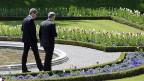 Zwei Parteifreunde: Der deutsche Aussenminister Guido Westerwelle und der Schweizer Aussenminister Didier Burkhalter am 1. Mai, im Gespräch in Kehrsatz bei Bern.