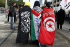 Drei junge Frauen feiern im Januar 2013 den zweiten Geburtstag der tunesischen Revolution.