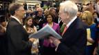 Warren Buffett umringt von Aktionärinnen und Bewunderer