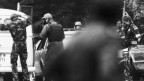 Berner Polizei führt die Geiselnehmer ab (1982)