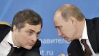 Wladislaw Surkow mit Präsident Putin im Februar 2012.
