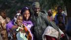Malischen Frauen posieren mit einem malischen Soldaten. Besonders die Frauen litten unter den radikalen Islamisten.