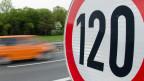 Ein Verkehrszeichen zeigt ein Tempolimit von 120 km / h auf der Autobahn A37 in der Nähe von Salzgitter, Deutschland. Mit dem Vorstoss für eine generelles Tempolimit von 120 Stundenkilometern auf Autobahnen Sigmar Gabriel seine eigene Partei brüskiert.