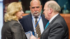 Irlands Finanzminister Michael Noonan, rechts, links im Gespräch mit der Österreichs Finanzministerin Maria Fekter, zu Beginn einer Sitzung der Eurogruppe beim EU-Rat in Brüssel am Montag, 13. Mai 2013.