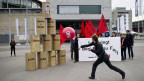 Mitglieder der Juso spielen Büchsenschiessen vor der Halle, anlässlich der GV der Credit Suisse