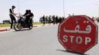 Polizei errichtet Strassensperre am Rande von Tunis