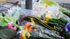 An der John Wilson Street, Woolwich, Südengland, wurden Blumen niedergelegt, zum Gedenken an den Soldaten, der von zwei Angreifern brutal niedergestochen wurde.