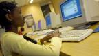 Eine junge Studentin im Computerraum einer Universität. Symbolbild.
