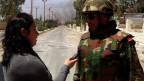 Ein syrischer Offizier spricht mit einer Journalistin während einer Patrouille in Otaiba Stadt im ländlichen Damaskus, Syrien, am 24. April 2013.