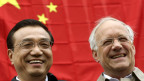 Der chinesische Ministerpräsident Li Keqiang (l) und der Schweizer Wirtschaftsminister Johann Schneider-Ammann lächeln bei ihrem Besuch in Embrach am 24. Mai 2013. Li Keqiang ist zu einem offiziellen zweitägigen Besuch in die Schweiz.