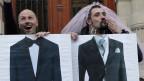 Die Homosexuellen-Ehe ist in Frankreich legalisiert. Ein gleichgeschlechtliches Paar protestiert vor dem Rathaus in Paris