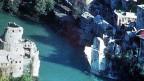 Ruine der Brücke über den Fluss Neretva in Mostar, aufgenommen im November 1993. Die Steinbrücke galt als Symbol für Mostars ethnische Vielfalt; sie wurde im Bosnienkrieg zerstört.