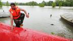 Am Rhein errichtet die Feuerwehr Hochwassersperren.