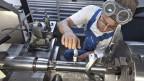 Arbeiter in der Maschinenindustrie erhalten einen Mindestlohn.
