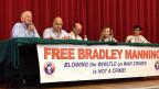 Veranstaltung des Bradley Manning Support Networks. Daniel Ellsberg (82), ganz links auf dem Podium, veröffentlichte in den 1970er Jahren geheime Pentagon-Papiere und beschleunigte so das Ende des Vietnamkriegs. Er setzt sich heute für die Freilassung von Bradley Manning ein.