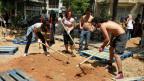 Die «Atenistas» am Werk in einem der ärmeren Wohnquartiere Athens.