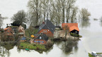 Vom Hochwasser eingeschlossene Wohnhäuser in Lauenburg.