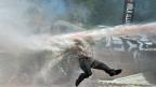 Mit aller Härte ging die Polizei am Nachmittag gegen die Protestierenden auf dem Istanbuler Taksim-Platz.