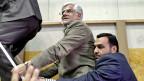 Der Reformer Mohammed Resa Aref mit einem Bodyguard, am 10. Juni in Teheran.