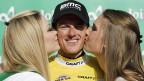 Im «Sandvich»: Küsse für Mathias Frank nach der Tour de Suisse-Etappe von Buochs nach Leuggern.