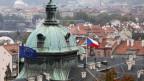 Flaggen der Europäischen Union und der Tschechischen Republik flattern auf dem Dach der tschechischen Regierung Sitz in Prag.