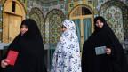 Iranische Frauen stehen in der Schlange vor einem Wahllokal bei der Präsidentschaftswahl in Qom, 125 Kilometer südlich der Hauptstadt Teheran, Iran, Freitag, 14. Juni 2013.