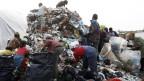 Leute suchen ausserhalb von Tirana nach verwertbarem Müll. Der Widerstand gegen die Abfalleinfuhr wächst, vor allem bei Jugendgruppen und der politischen Opposition.
