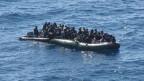 Flüchtlinge auf einem Boot vor der Mittelmeerinsel Lampedusa (Archiv).