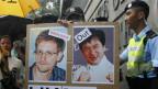 Peking reagiert erstmals harsch auf die Vorwürfe des früheren amerikanischen Vizepräsidenten Dick Cheney. Bild: Ein Fan hält ein Foto von Edward Snowden,  zusammem mit dem Filmstar Jackie Chan, während einer Demonstration vor dem Generalkonsulat der Vereinigten Staaten in Hong Kong am 15. Juni 2013.