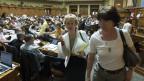 Bundesrätin Eveline Widmer-Schlumpf, links, und ihre Kommunikationsleiterin Brigitte Hauser-Süss verlassen den Saal nach der Abstimmung der Eintrittsdebatte zur Lex USA an der Frühlingssession der Eidgenössischen Räte im Nationalrat, am Mittwoch, 19. Juni 2013, in Bern.