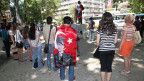 Demonstranten, einer trägt eine Nationalflagge mit einem Bild von der Türkei Gründer Kemal Atatürk, in einem stillen Protest in Kugulu Park in Ankara, Türkei, Mittwoch, 19. Juni 2013 stehen. Still und leise: Nach Wochen der Konfrontation mit der Polizei haben türkische Demonstranten eine neue Form des Widerstands gefunden.